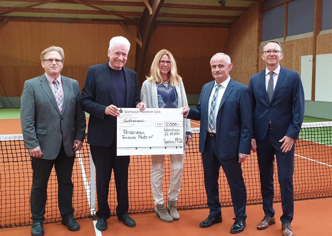 Großzügige Spende der Sparkasse Pforzheim Calw für den Förderverein Tennishalle Platte e.V.